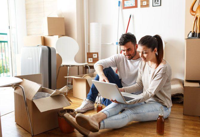 Couple sur ordinateur pendant déménagement