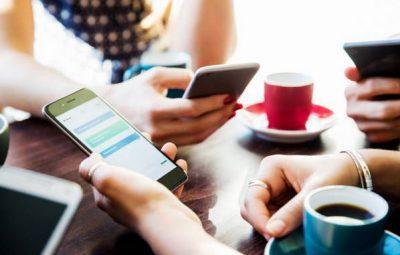smartphone-amis-café-sms-réseaux-sociaux