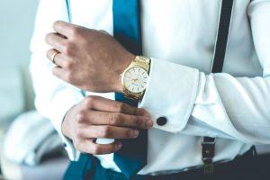 Montre luxe dorée poignet homme