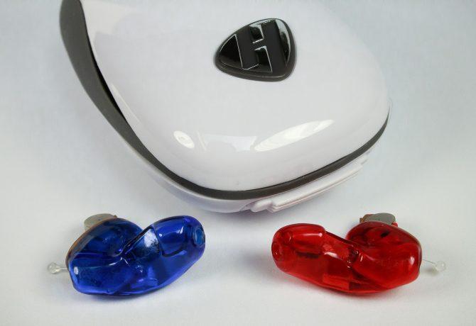 Prothèses auditives rouge et bleu avec boîte de rangement