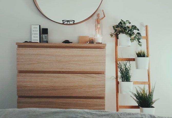Commode en bois, miroir et étagère à plantes look naturel