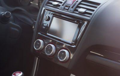 Tableau de bord d'une voiture équipé d'un autoradio dernier cri