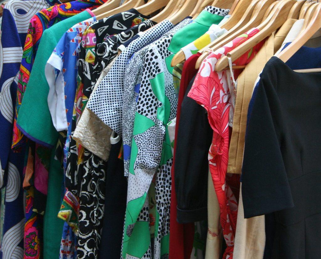 Vêtements rangés sur des cintres sur un portant
