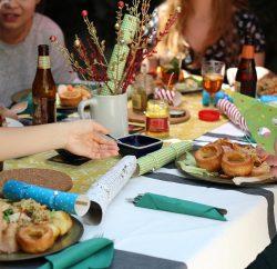 Plusieurs personnes rassemblées autour d'une table pour prendre un repas