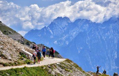 Famille en randonnée pendant les vacances à la montagne
