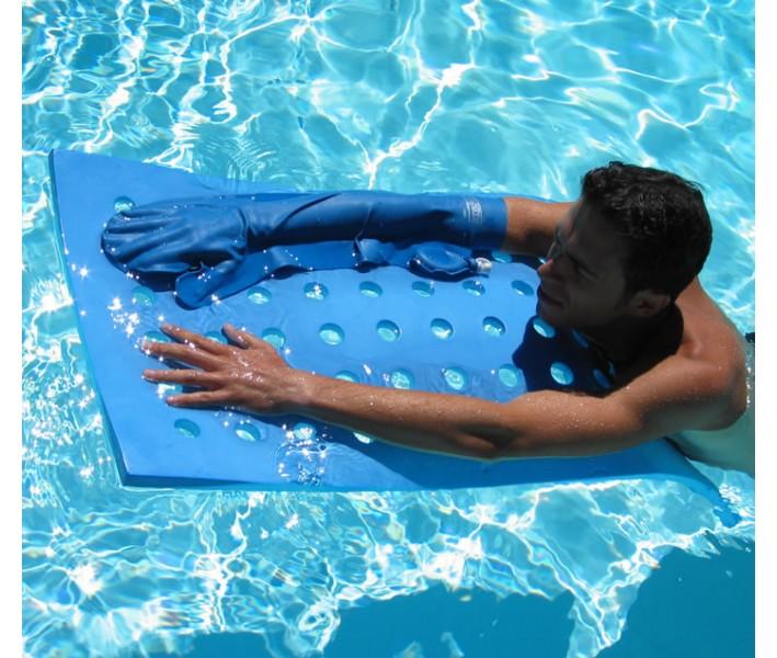 homme dans une piscine avec un protège plâtre